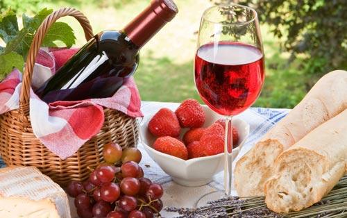 Ягоды и вино на столе.