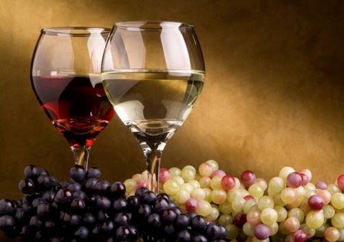 Самогон из разного винограда в двух бокалах.