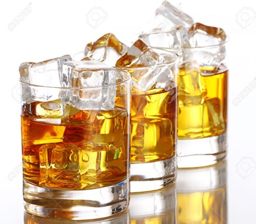 Виски со льдом в стаканах.