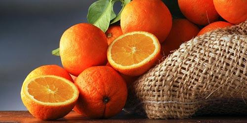 Апельсины на столе.