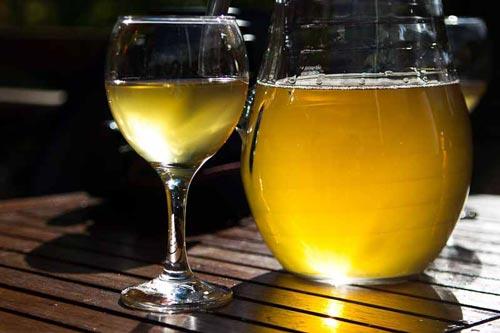 Белое вино в бокале.