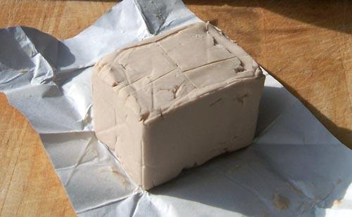 Дрожжи для браги в открытой упаковке.