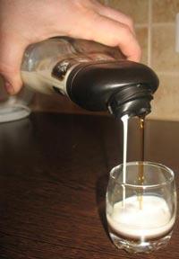 Наливаем ликер в стакан.