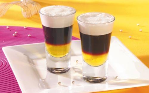 Два стакана с ликером.