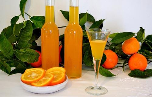 Ликер в бокале и апельсины.
