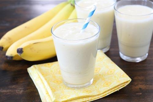 Ликер из бананов и молока в стакане.