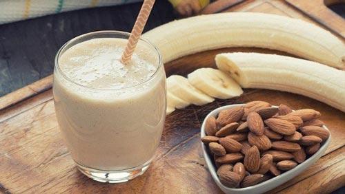 Орехи и бананы на столе.