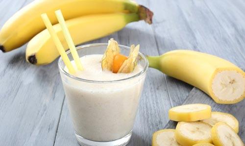 Ликер в стакане и бананы.