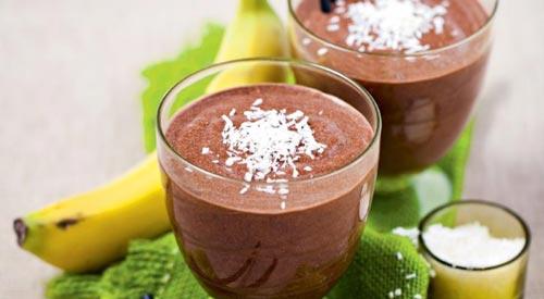 Шоколадный ликер в стакане.