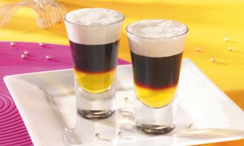 Два стакана с коктейлями.