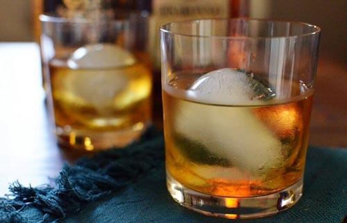 Коктейль с ликером в стакане.
