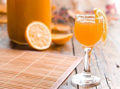 Ликер с апельсином в бокале.