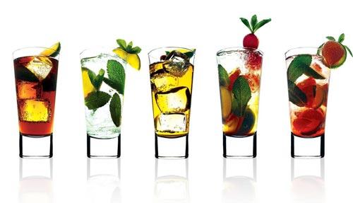 Разные ликеры в стаканах.
