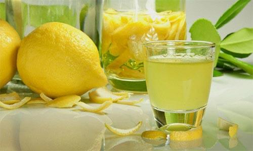 Лимон и стакан с ликером.