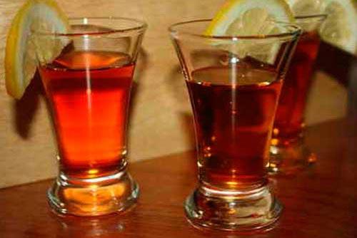 Ликер в стакане с апельсином.