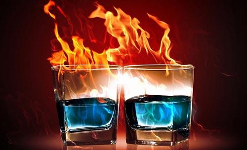 Пламя из стакана с самбукой.
