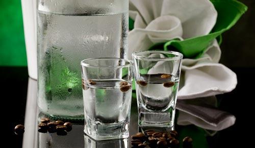 Два стакана на столе.