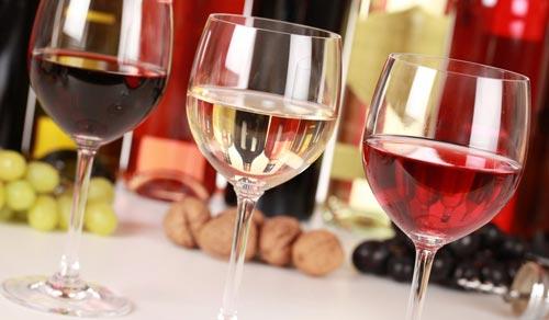 Вино в бокалах на столе.