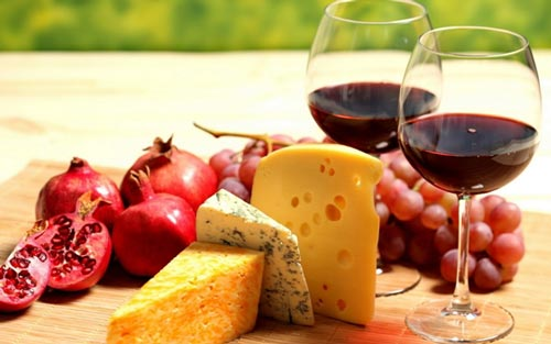 Закуска на столе и бокалы с вином.