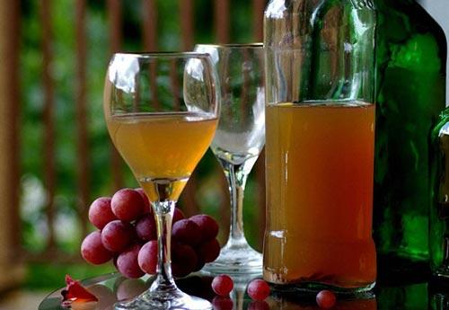 Очищенное вино в бокале.