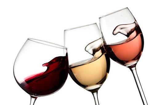 Разные вина в бокалах.