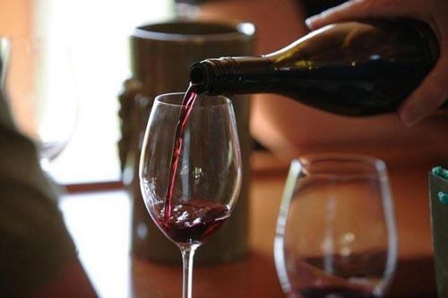 Наливаем вино в бокал.
