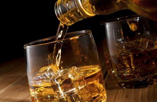 Наливаем виски в стакан.