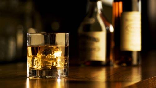Стакан виски на столе.