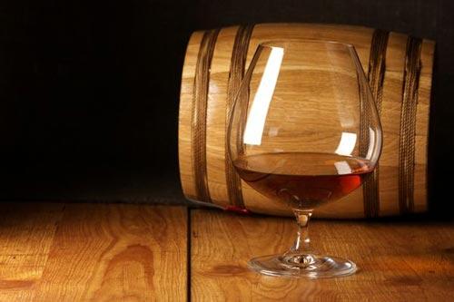 Виски в бокале и дубовая бочка.
