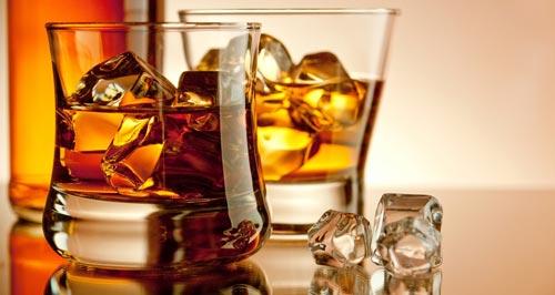 Виски со льдом в стакане.