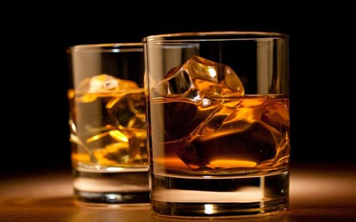 Виски в стакане.