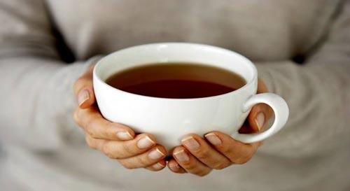 Чашка чая в руках.