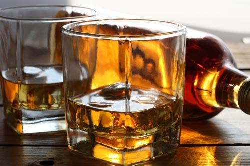 Бутылка с виски на столе.